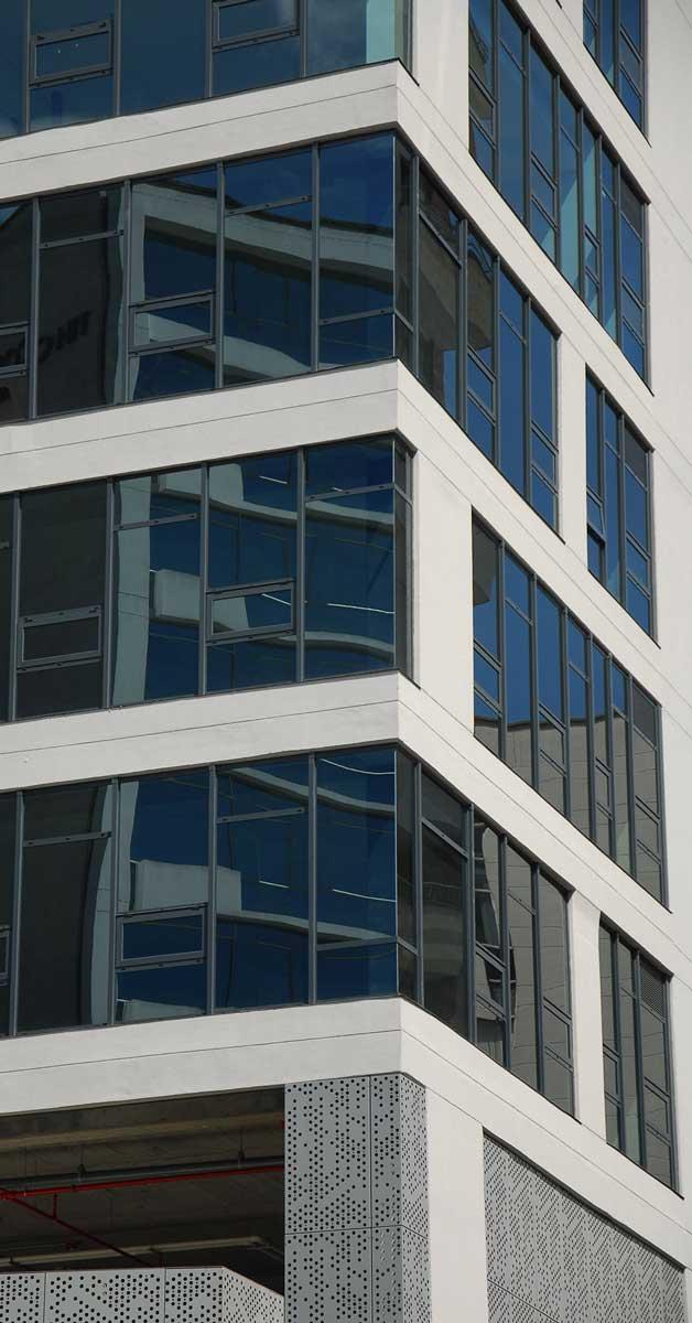 Tancaments D'alumini D'altes Prestacions Amb Murs Cortina I Façanes Envidriades