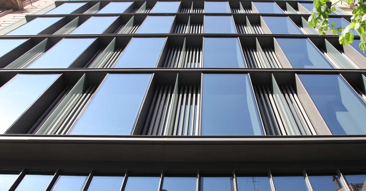 Façana De Mur Cortina De Perfils Metàl·lics I Mòduls D'alumini I Vidre De Forma Cúbica