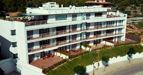 Conjunt de treballs de fusteria d'alumini i vidre en bloc d'apartaments a Sitges
