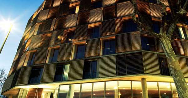 Particular fachada del equipamiento hotelero diseñado por Alfredo Arribas