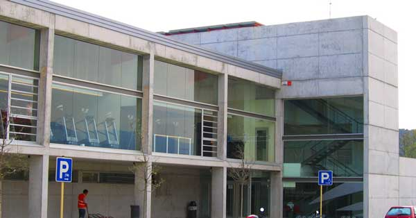 Arquitectura en aluminio y vidrio del centro municipal de deportes Sot de les Granotes