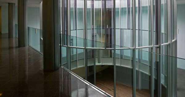 Trabajo en vidrio realizado en base a una peculiar estructura y un gran patio de luces central, de 10 metros de diámetro