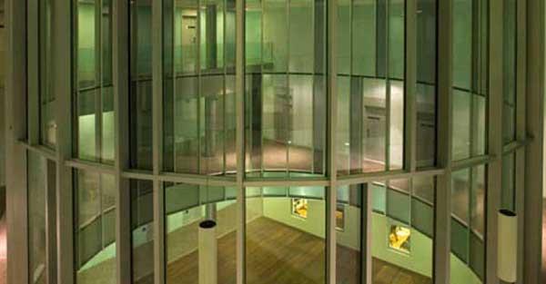 Treball En Vidre Realitzat En Base A Una Peculiar Estructura I Un Gran Pati De Llums Central, De 10 Metres De Diàmetre