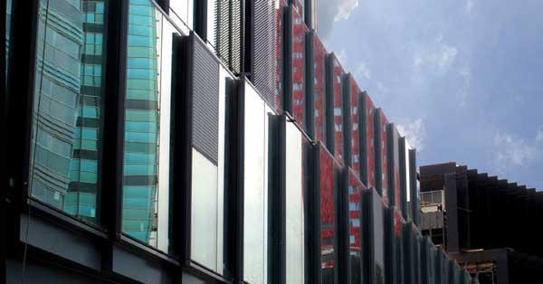 Mur-rideau modulaire combiné avec des écailles de panneau composite.