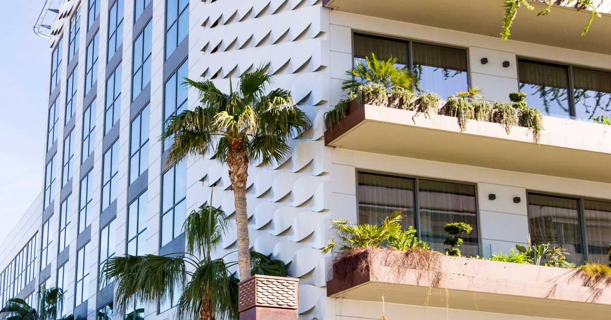 Tancaments i façana exterior d'aquest establiment hoteler del centre de Sitges