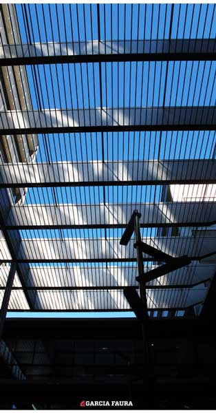 Muro Cortina, Protecciones Solares De Estructura Metálica Y Vidrios Seriagrafiados