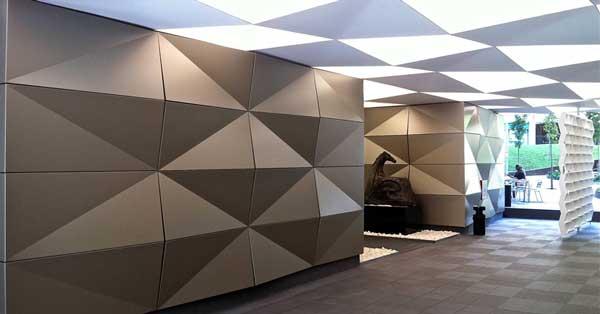 Estructura de paret de panell composite, porta corredissa i fixes de vidre en zona