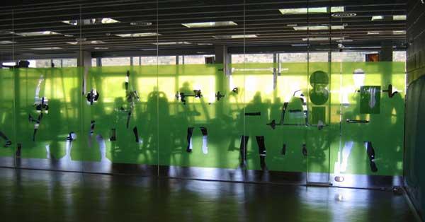 Arquitectura en aluminio del centro deportivo municipal Jordi Marí de Tiana