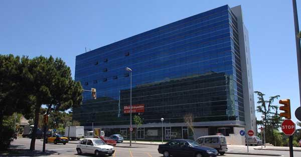 Installation de mur-rideau et de fermetures en aluminium dans ensemble de bureaux