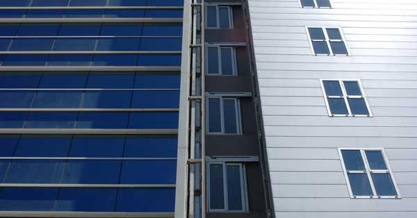 Instal·lació De Mur Cortina I Tancaments D'alumini En Conjunt D'oficines