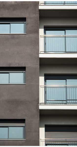 Cerramientos De Aluminio Y Vidrio De Este Conjunto Residencial En Sitges