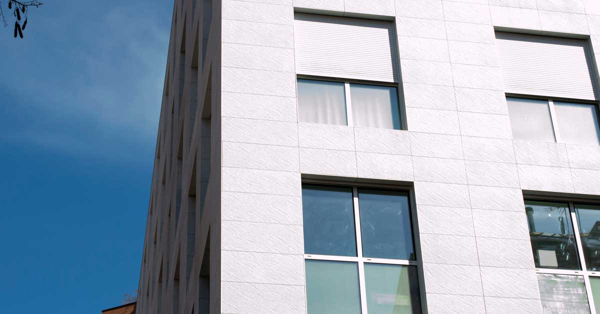 Enclosures and solar protection for the residential development in Barcelona