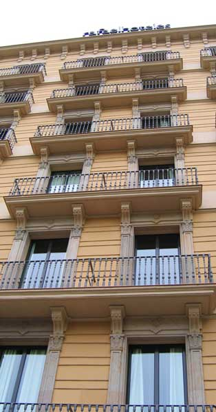 Cerramientos Y Fachada Interior De Este Establecimiento Hotelero Del Centro De Barcelona