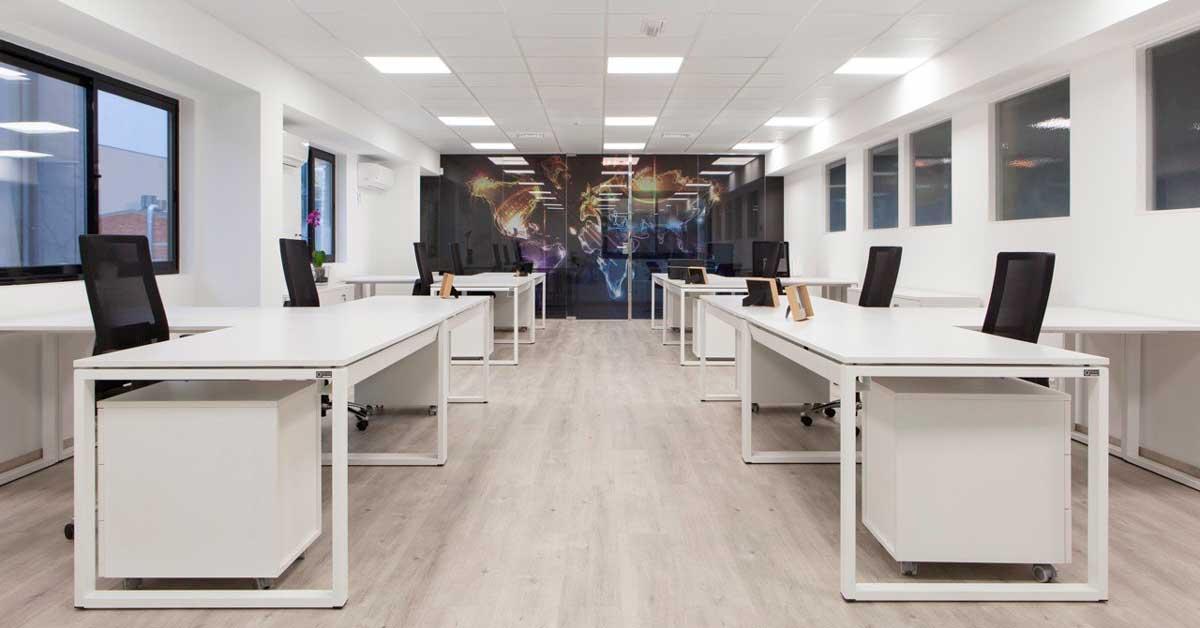 Divisòries, tancaments i mòduls de vidre fix per a crear espais de treball diàfans