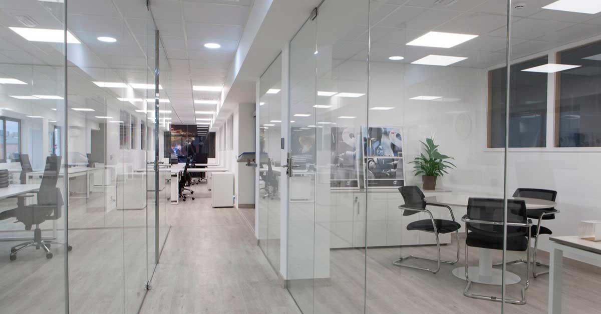 Divisorias, Cerramientos Y Módulos De Vidrio Fijo Para Crear Espacios De Trabajo Diáfanos.