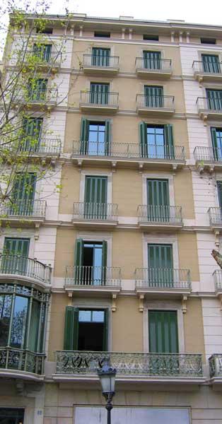 Tancaments Exteriorsi Façana Posterior D'edifici Històricen Elcentre De Barcelona