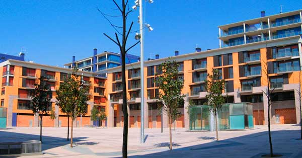 Set of interior and exterior enclosures in the new residential sector of Vilanova i la Geltrú