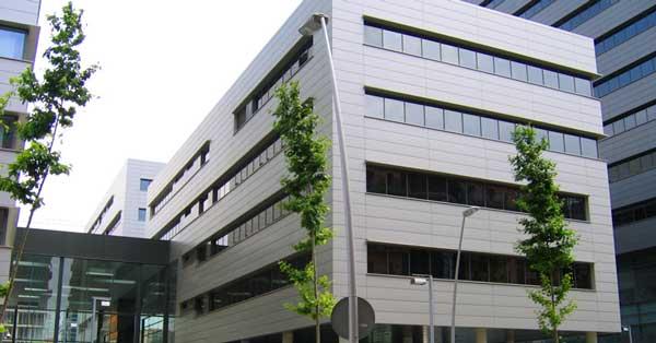 Fabricació i instal·lació de portes i finestres de la nova seu corporativa