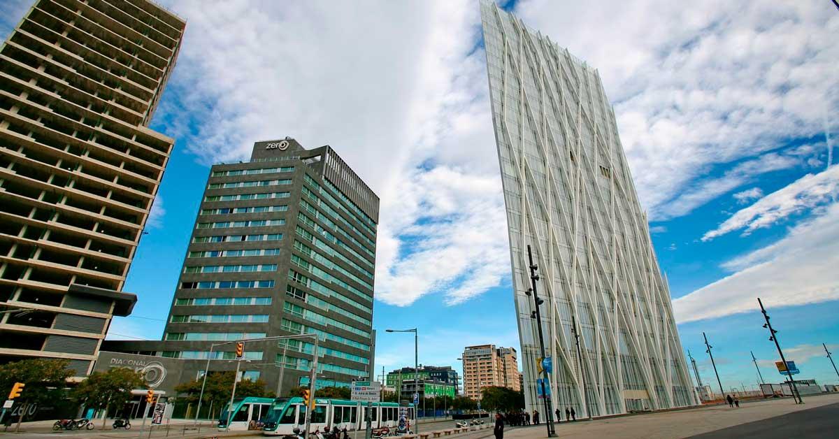 Doublages et finitions en tôle pour les plus de 2500 piliers intérieurs de ce bâtiment créé par Enric Massip