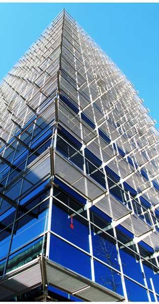 Fachadas Galvanizadas De Perfilería Oculta Con Control Solar Integrado En Edificio De 2 Cuerpos