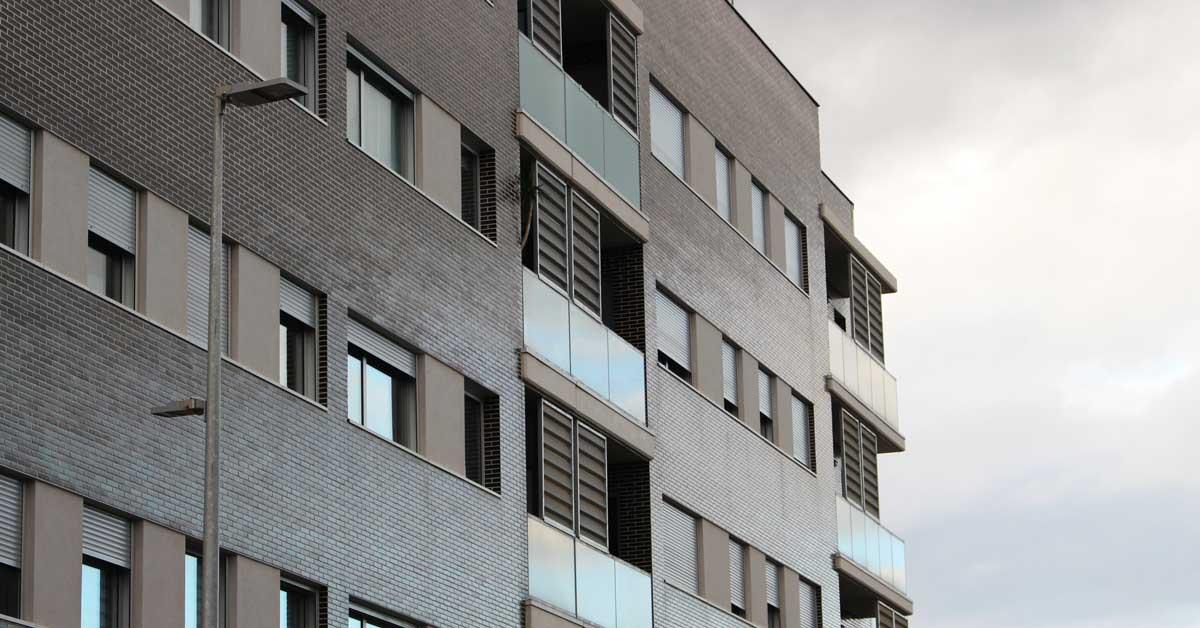 Tancaments d'alumini i vidre per a promoció residencial a Cornellà