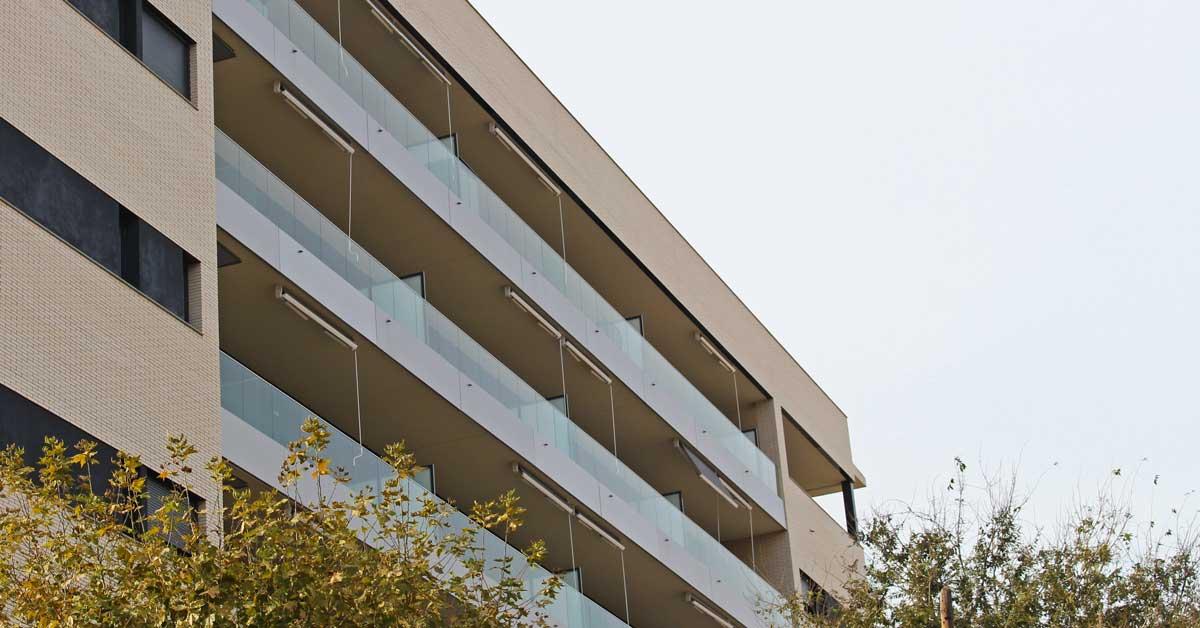 Tancaments d'alumini i vidre per a promoció residencial a l'Hospitalet