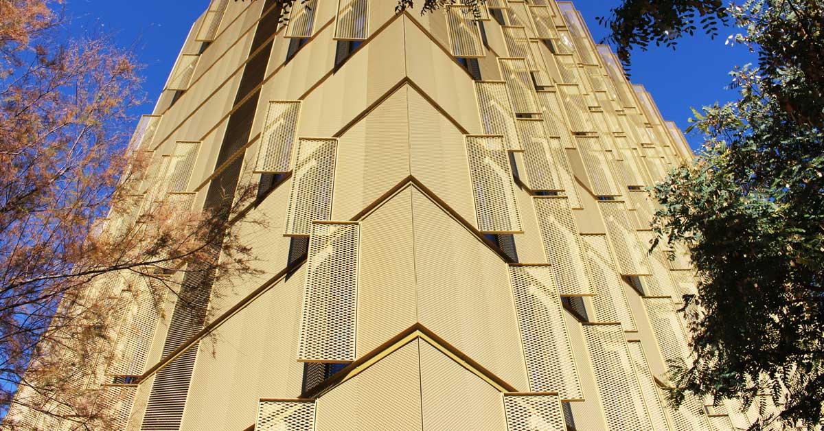 Treballs de façana i tancaments del primer EasyHotel a l'Estat espanyol.