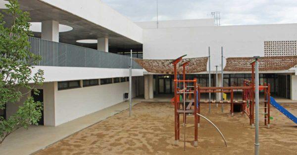Fermetures En Aluminium Et En Verre, Portes D'accès Et De Sécurité Dans Ce Nouvel établissement D'enseignement Situé à Montornès Del Vallès (Barcelone)