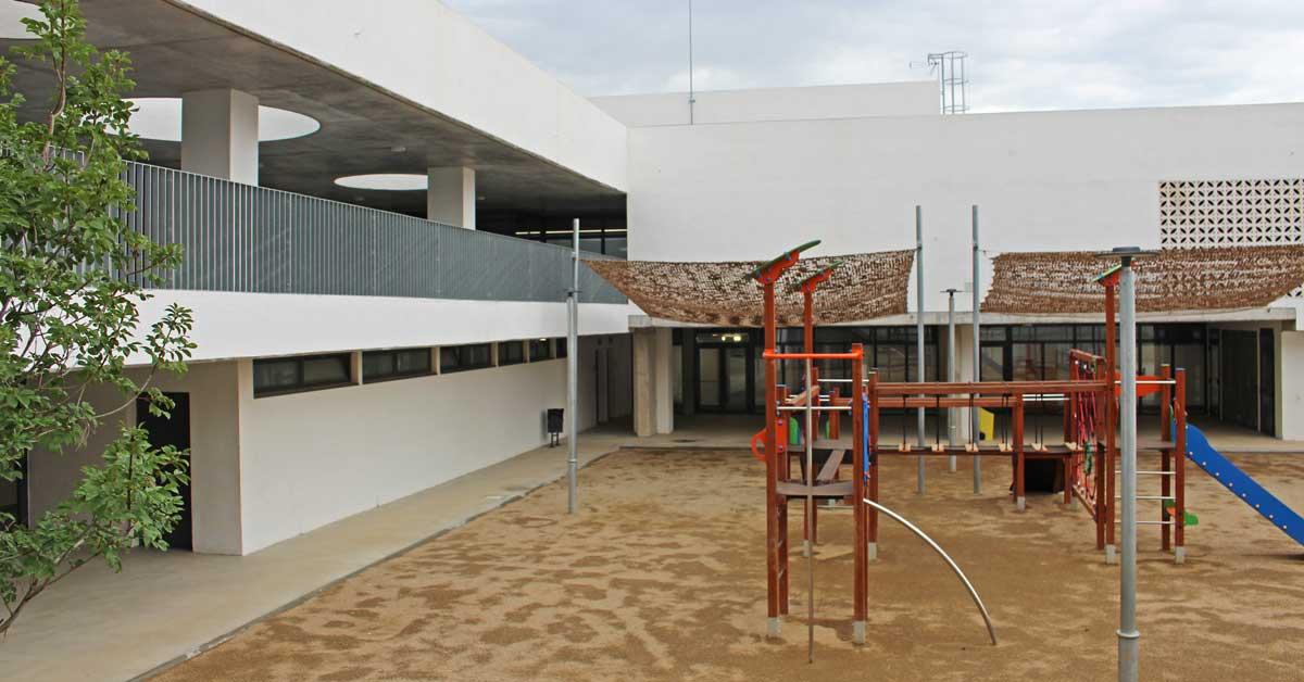 Tancaments d'alumini i vidre, accessos i portes de seguretat en aquest nou equipament educatiu situat a Montornès del Vallès
