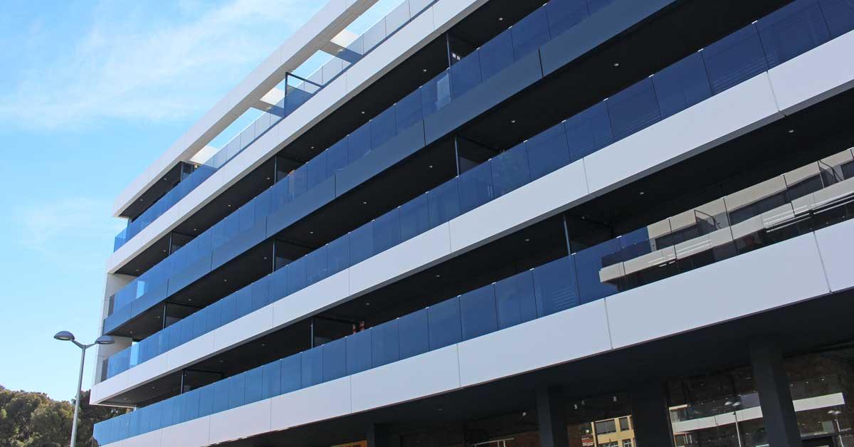 Tancaments D'alumini I Vidre En Aquest Conjunt Residencial