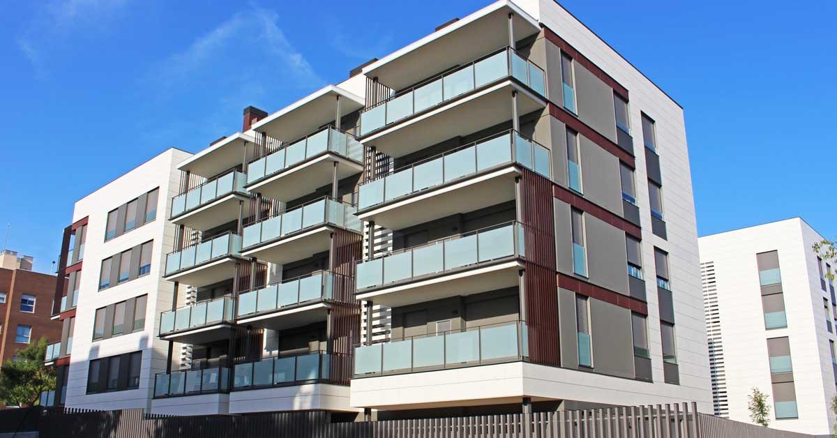 Fabricació i instal·lació de tancaments d'alumini, vidrieria i xapa en bloc de promoció d'habitatges a Sant Cugat del Vallès