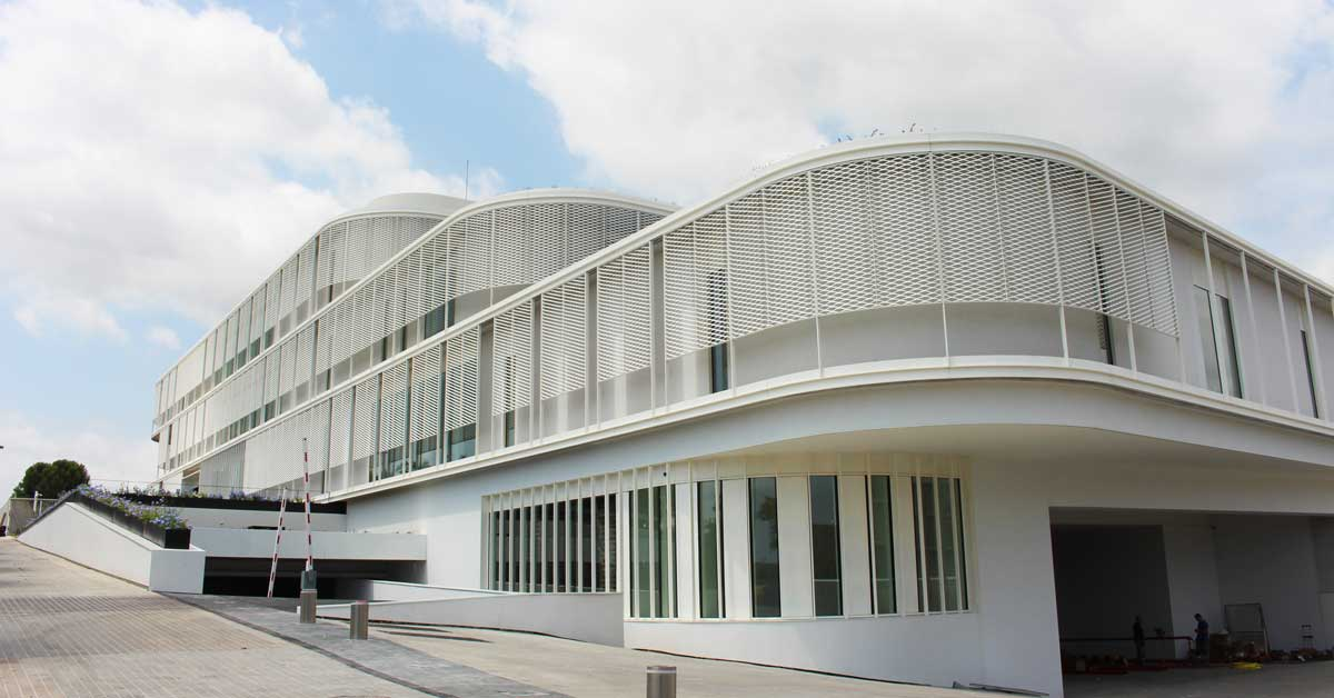 Desenvolupament, fabricació i instal·lació de façana, segona pell metàl·lica i tancaments per a la nova seu d'aquesta empresa de cosmètics d'alta gamma, a Cerdanyola del Vallès