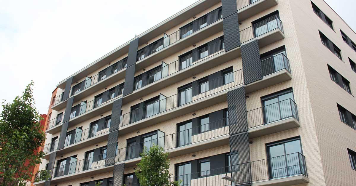 Tancaments d'alumini i vidriera en habitatge plurifamiliar a Santa Coloma de Gramenet.