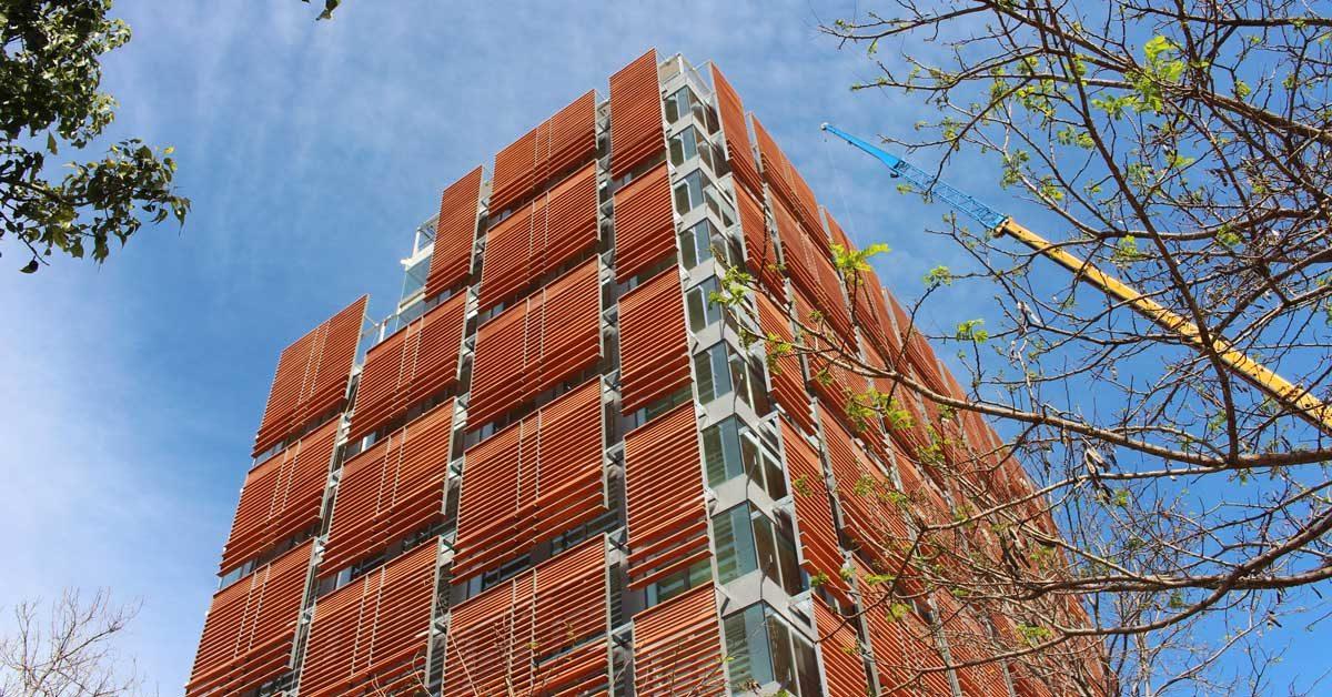 Développement De Placages Pour Façades, Fermetures En Aluminium Et Verrierie Dans Un Immeuble Résidentiel à Barcelone