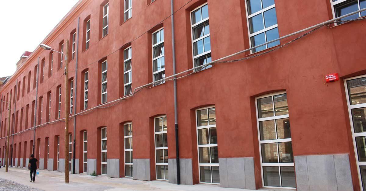 Réhabilitation D'un Ancien Bâtiment Industriel En Vue De Le Transformer En Un Nouveau Bâtiment éducatif Dans L'ensemble De L'ancienne Usine Fabra I Coats Du Quartier De Sant Andreu à Barcelone.