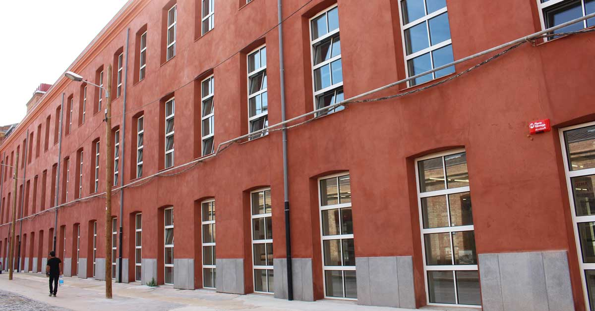 Rehabilitation of an old industrial building to transform it into a new educational facility, in the whole of the former Fabra i Coats factory in the Sant Andreu district of Barcelona.